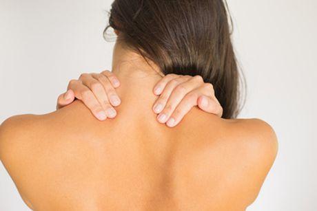 Übungen mit dem Theraband gegen Verspannungen im Nacken und Rücken
