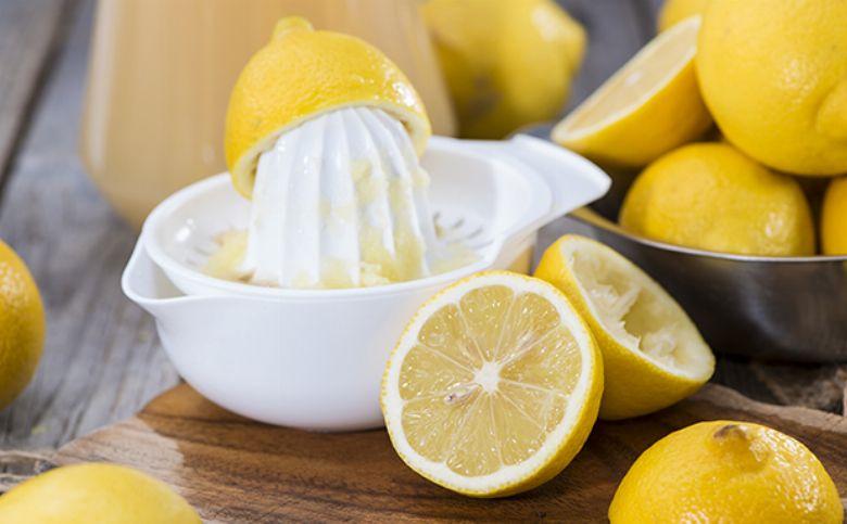 Heißes Wasser mit Zitrone auf nüchternen Magen hilft beim Abnehmen