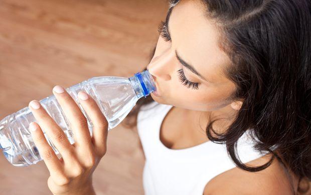 Es ist gut, Mineralwasser zu trinken, um Gewicht zu verlieren