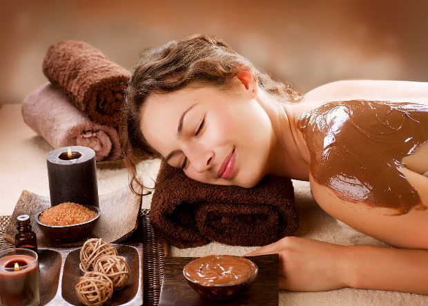 Frau genießt Hot Chocolate Massage